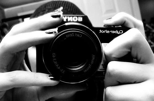 Tips Memegang Kamera Yang Benar