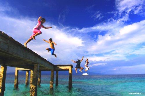 Foto kemeriahan sekelompok anak Ambon